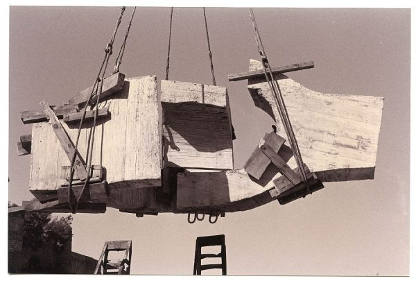 14_Instalación de la escultura de Chillida en septiembre de 1982
