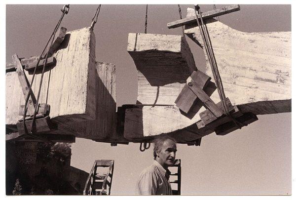 15_Instalación de la escultura de Chillida en septiembre de 1982