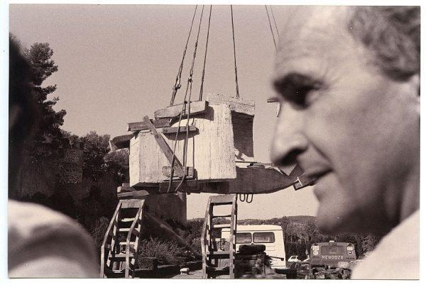 16_Instalación de la escultura de Chillida en septiembre de 1982