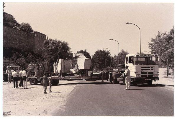 17_Instalación de la escultura de Chillida en septiembre de 1982