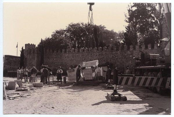 18_Instalación de la escultura de Chillida en septiembre de 1982