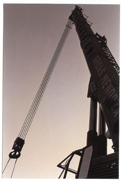 19_Instalación de la escultura de Chillida en septiembre de 1982