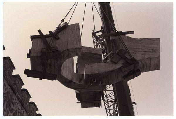 20_Instalación de la escultura de Chillida en septiembre de 1982