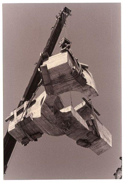 21_Instalación de la escultura de Chillida en septiembre de 1982