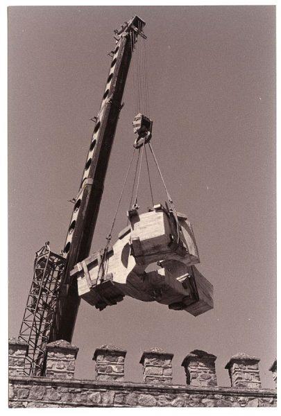 22_Instalación de la escultura de Chillida en septiembre de 1982