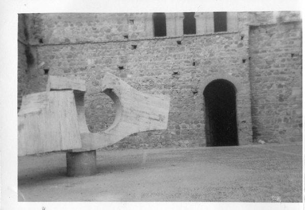 23_Instalación de la escultura de Chillida en septiembre de 1982