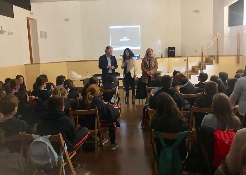 La OMIC imparte talleres sobre conciencia publicitaria a más de 250 alumnos de Primaria y ESO de la mano de Santiago García-Clairac