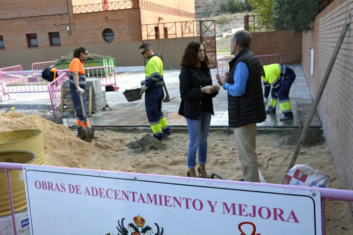 El Ayuntamiento renueva la acera de acceso al pabellón deportivo municipal de Santa Bárbara y mejorará la zona de estacionamiento
