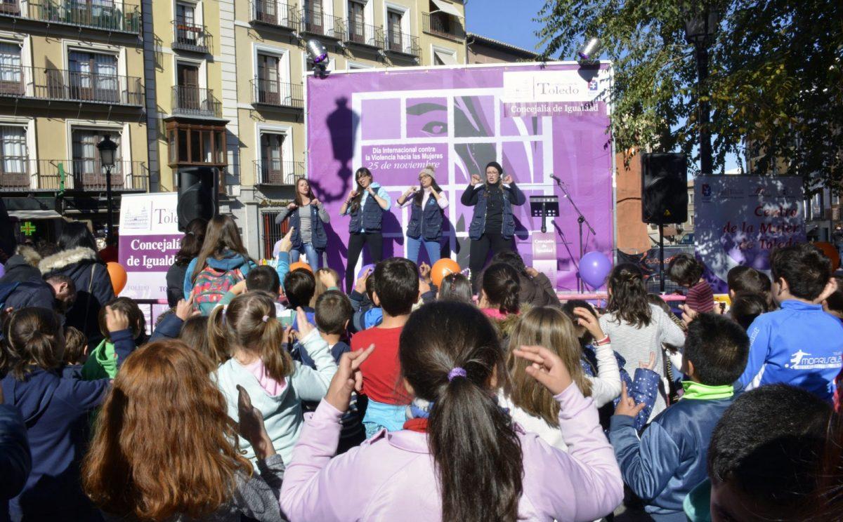 Los II Juegos Cooperativos por la Igualdad congregan en la plaza de Zocodover a más de 300 personas