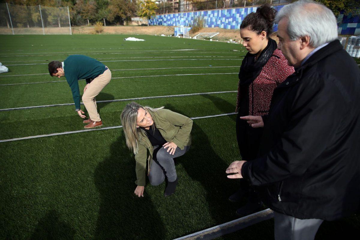 La alcaldesa visita las obras de mejora de la Escuela de Gimnasia y la nueva pista de hockey-fútbol con una inversión de 250.000 euros