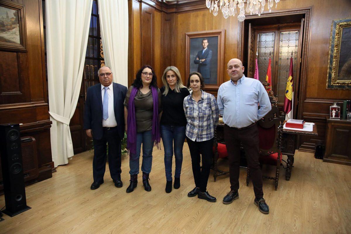 http://www.toledo.es/wp-content/uploads/2017/11/milagros-tolon_vecinos-1200x800.jpeg. Milagros Tolón recibe a la nueva presidenta de 'El Ciudadano', Eva Perea, con el objetivo común de la mejora de la ciudad de Toledo