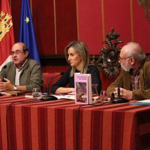 "La alcaldesa presenta en la Sala Capitular ""Una historia de Toledo"", el último libro del profesor Fernando Martínez Gil"