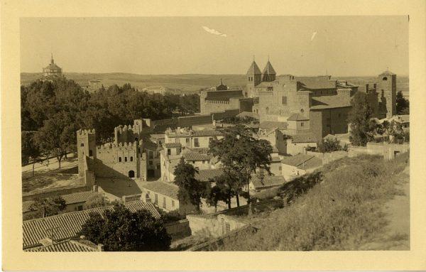 23 - Vista de la puerta de Bisagra desde la subida de la Granja