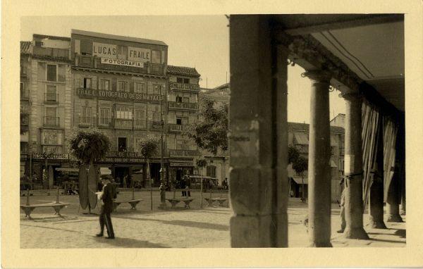 43048_AMT - Plaza de Zocodover y estudio fotográfico de Lucas Fraile