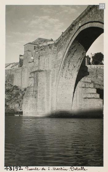 43192_ADPT - Vista lateral del arco central del puente de San Martín