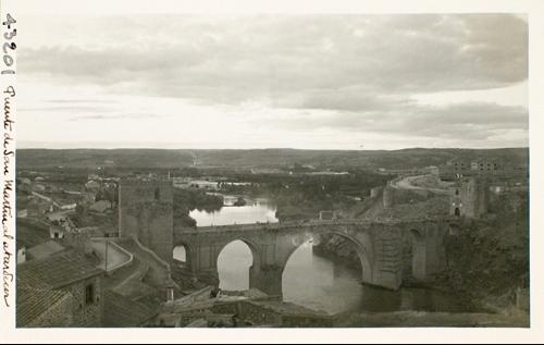 43201_ADPT - Puente de San Martín, cauce del río y al fondo la Vega al atardecer