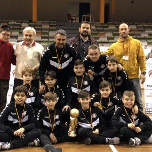 La entrega de trofeos pone fin a la segunda edición de la Champions Futsal Cup que se ha celebrado en Toledo