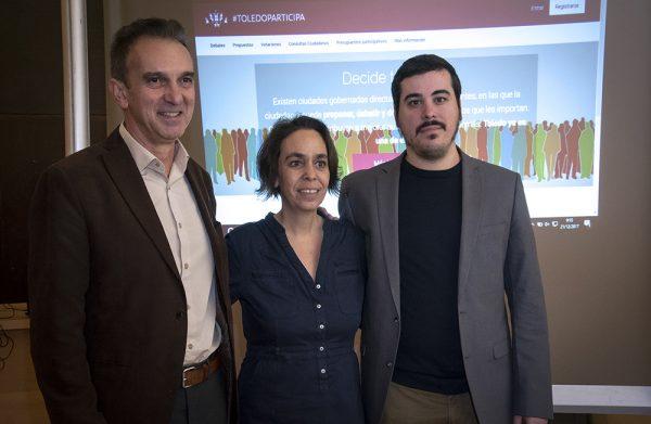 Helena Galán, flanqueda por Gregorio Planchuelo (i) y José Luis García