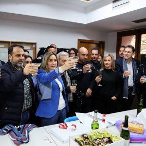 La alcaldesa visita a las fuerzas de seguridad municipal que cumplen con el servicio de guardia para felicitarles las fiestas