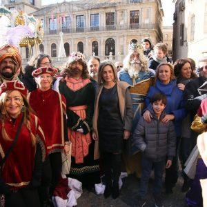 Los Reyes Magos llegan a Toledo y hacen su primera parada en el Ayuntamiento donde han sido recibidos por el equipo de Gobierno