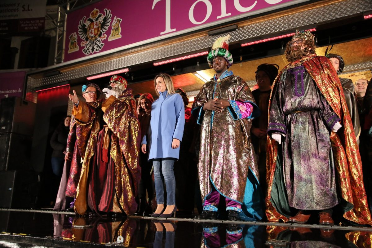 La Cabalgata de los Reyes Magos convierte las calles de la ciudad en un gran espectáculo infantil seguido por miles de personas