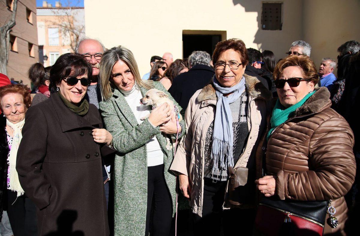 La alcaldesa acompaña a los vecinos del barrio de San Antón y participa en los actos para celebrar al patrón de los animales