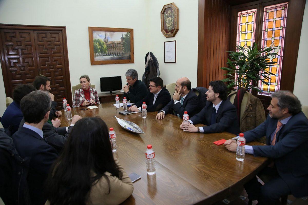 https://www.toledo.es/wp-content/uploads/2018/02/04_reunion_puy_du_fou-1200x800.jpg. El equipo de Gobierno se reúne con representantes de Puy Du Fou en España para mostrarles su apoyo institucional