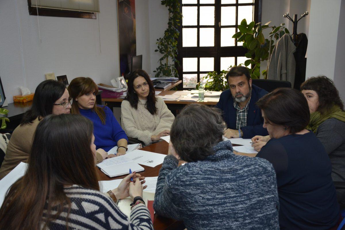 http://www.toledo.es/wp-content/uploads/2018/02/javier-mateo_concejal-de-servicios-sociales_mesa-refugiadas-1200x800.jpg. La Mesa de Apoyo a Personas Refugiadas gestiona 126 casos y coordina los recursos municipales con tres entidades sociales
