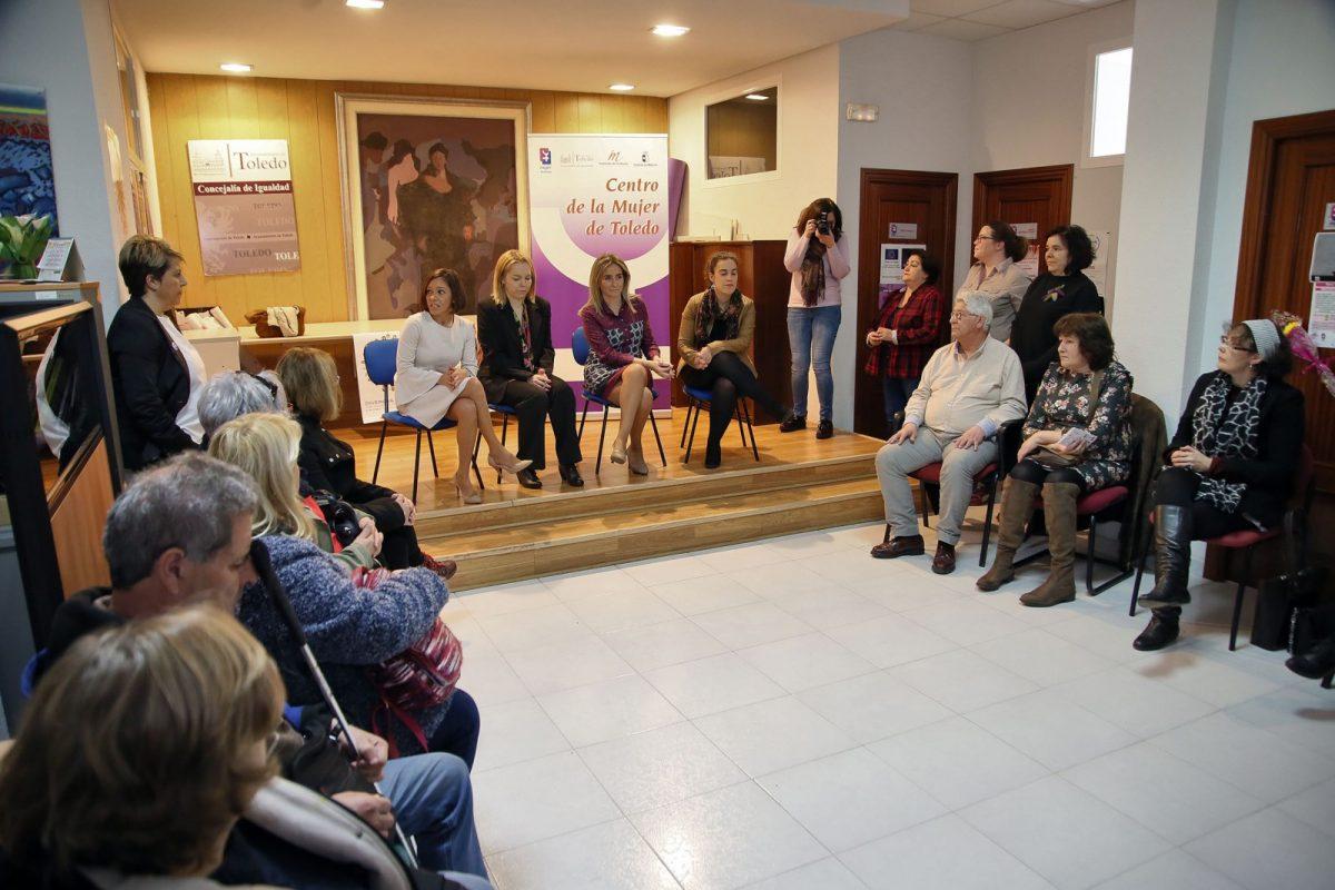 https://www.toledo.es/wp-content/uploads/2018/03/01_visita_centro_mujer-1200x800.jpg. La alcaldesa mantiene un encuentro con afiliados a la ONCE que han conocido el funcionamiento del Centro de la Mujer