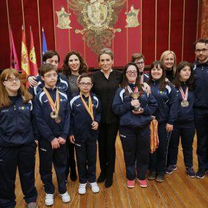 Milagros Tolón recibe en el Ayuntamiento al equipo de natación de Down Toledo tras lograr 9 medallas en el Campeonato de España