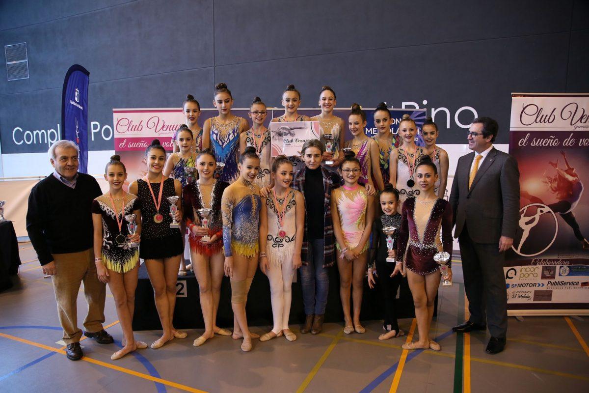 https://www.toledo.es/wp-content/uploads/2018/03/03_campeonato_ritmica-1200x800.jpg. La alcaldesa participa en la entrega de premios del XXVI Trofeo Nacional de Gimnasia Rítmica en el que participan 300 gimnastas