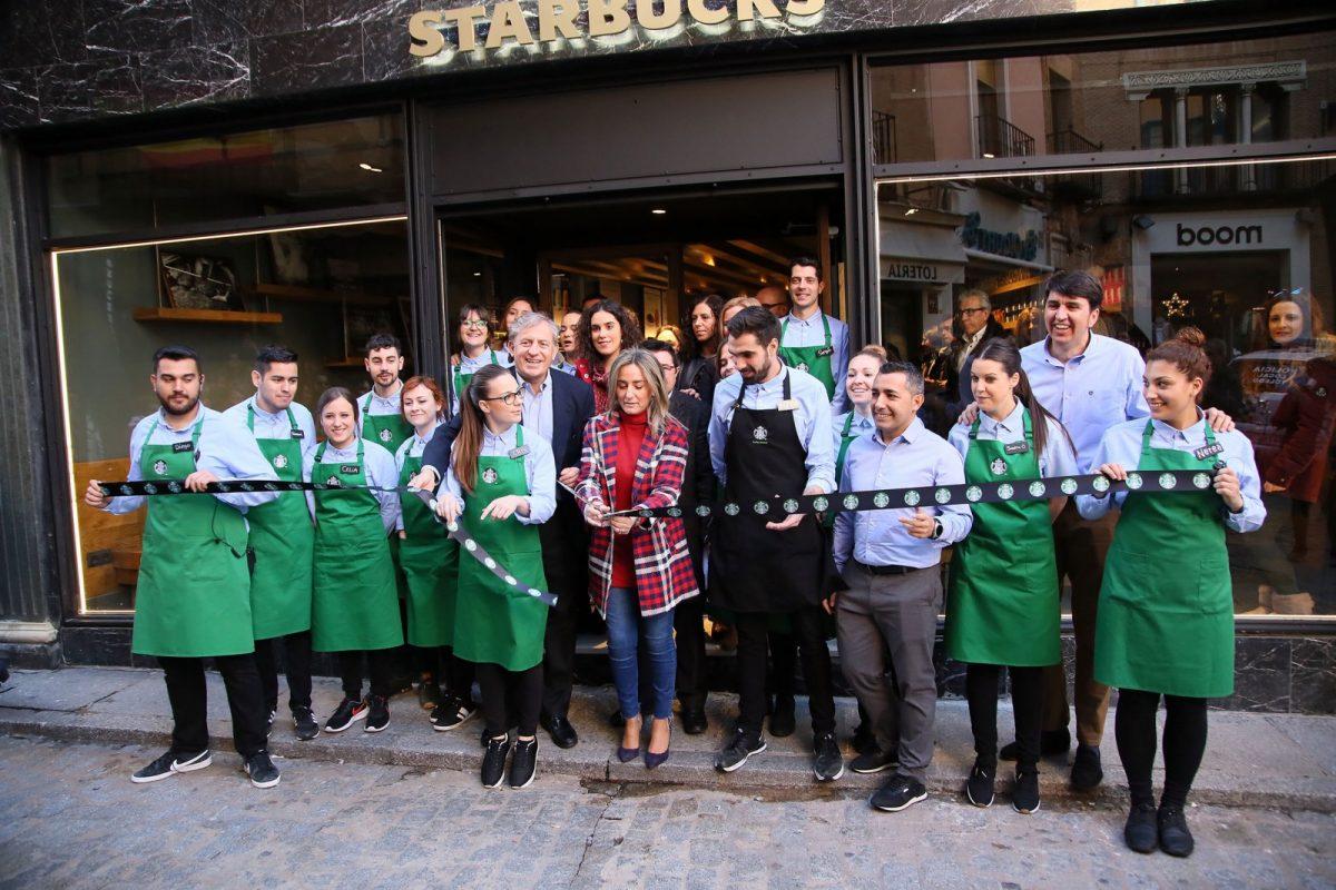La alcaldesa valora la generación de empleo en el Casco durante la inauguración del primer Starbucks de la región en Toledo