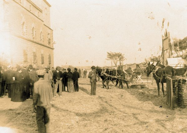 26 - Prueba de trilla en el exterior del hospital Tavera el 23 de agosto de 1909