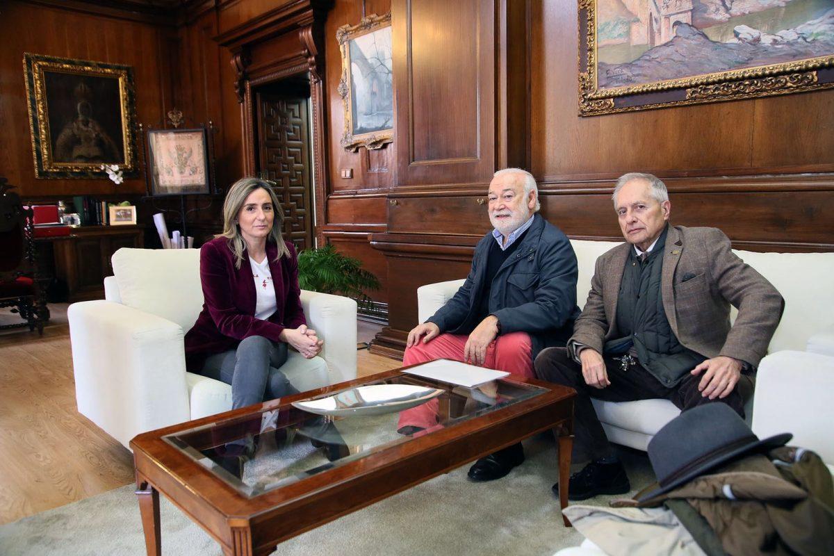 La alcaldesa agradece a Rodolfo Box sus cuatro años al frente de la Cofradía Internacional de Investigadores como prioste primero