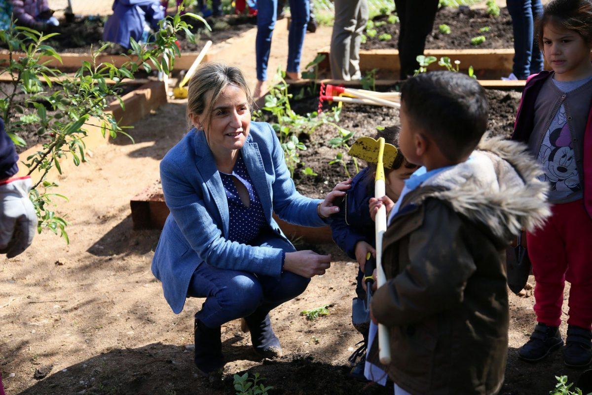 http://www.toledo.es/wp-content/uploads/2018/04/01_apadria_un_arbol-1200x800.jpg. Milagros Tolón comparte con escolares del Colegio Público 'Garcilaso de la Vega' la primera plantación de su nuevo huerto