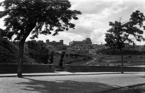 02 - PILLADO - Vista de la Escuela de Magisterio y del hospital Tavera desde el paseo de la Rosa