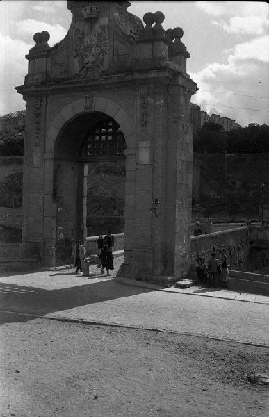 03 - PILLADO - Vista desde la puerta exterior del puente de Alcántara_1941_1941