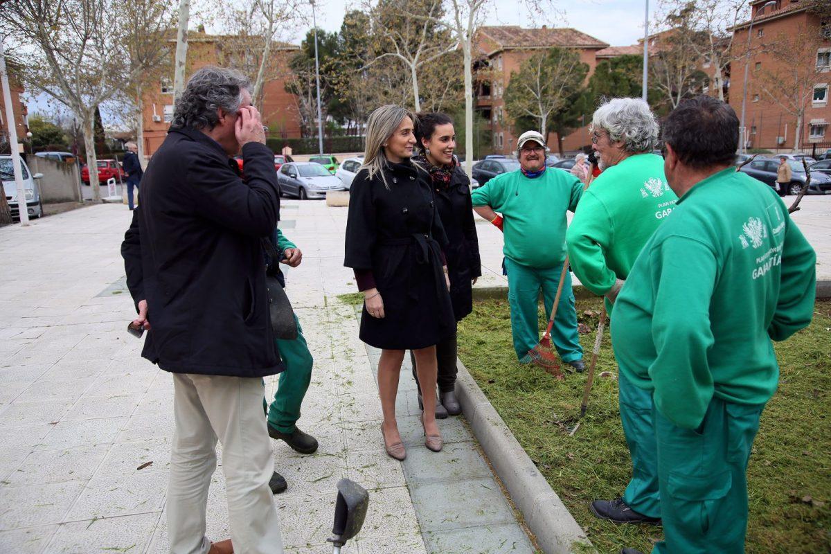 El Consistorio realiza trabajos de limpieza y desbroce en las jardineras de la calle Río Amarguillo del Polígono residencial