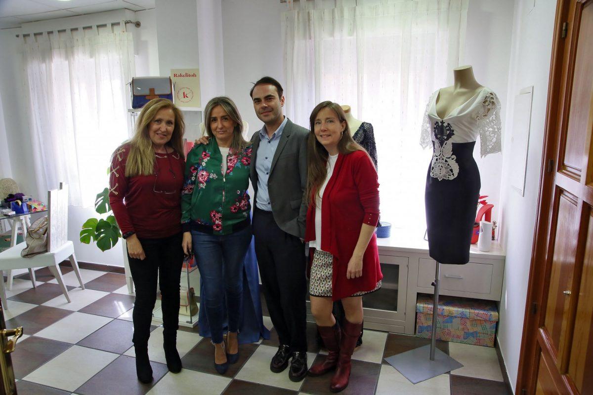 La alcaldesa conoce la colección del diseñador Ion Fiz en el atelier toledano de Rakel López