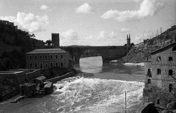 07 - PILLADO - Vista del puente de Alcántara y del río Tajo con sus molinos