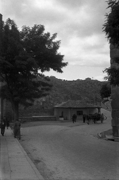 11 - PILLADO - Caseta de consumos junto a la salida del puente de Alcántara hacia Docecantos_1941