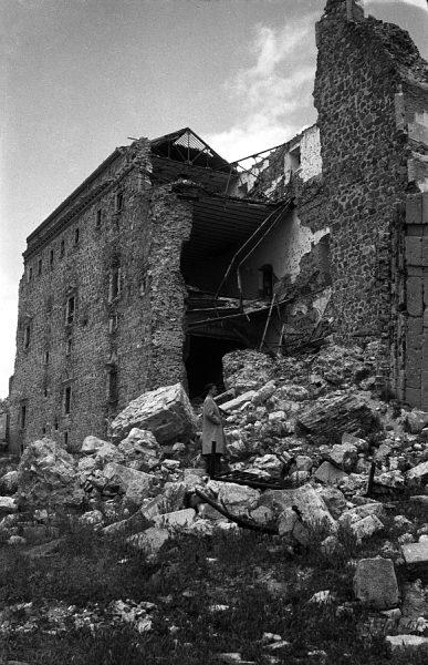 20 - PILLADO - Vista del exterior del Alcázar en ruinas