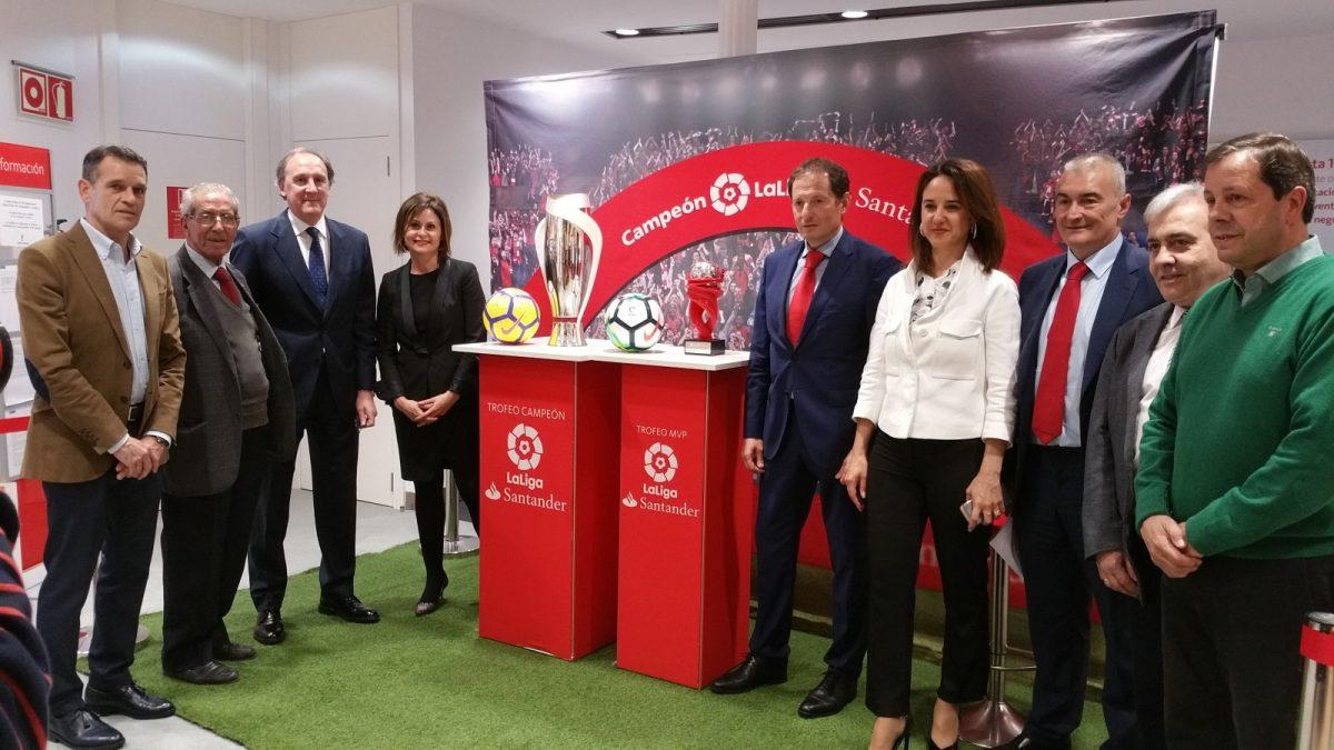 http://www.toledo.es/wp-content/uploads/2018/04/20180403_171020-1200x675.jpg. El Ayuntamiento respalda la presentación de la Copa de la Liga Santander que podrá visitarse en Toledo hasta el día 6 de abril