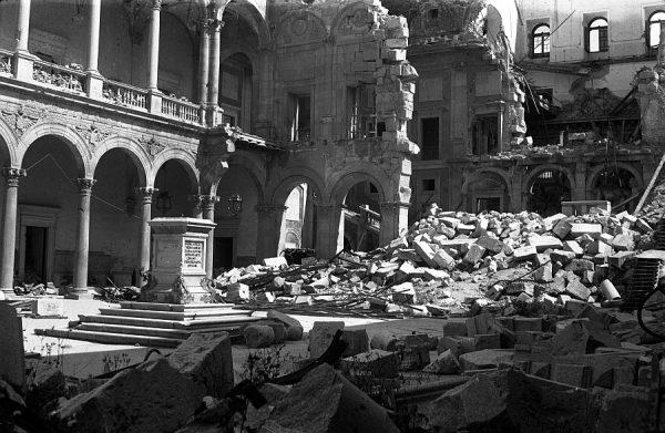 22 - PILLADO - Patio del Alcázar en ruinas