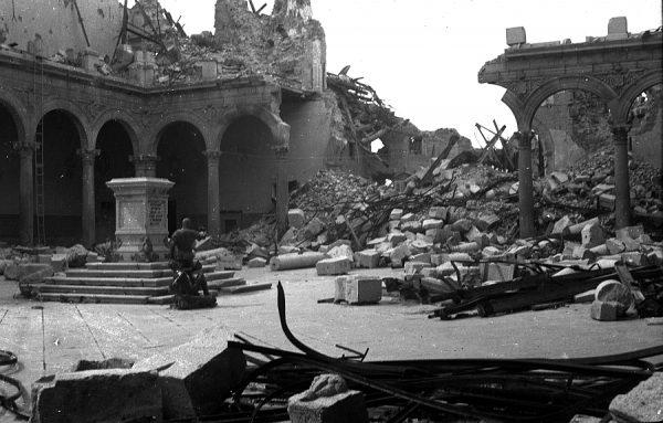23 - PILLADO - Patio del Alcázar en ruinas