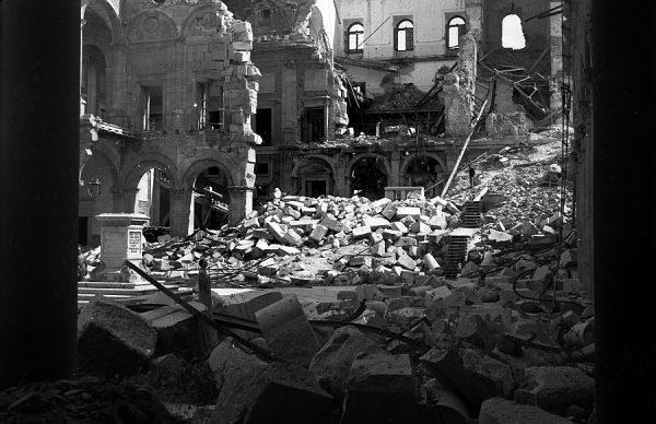 24 - PILLADO - Patio del Alcázar en ruinas