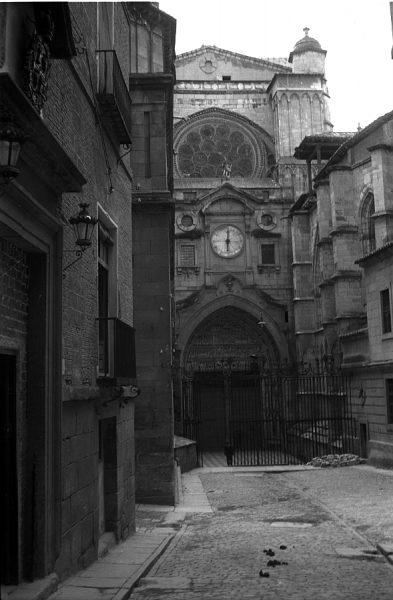 25 - PILLADO - Puerta del Reloj de la Catedral desde la calle Chapinería