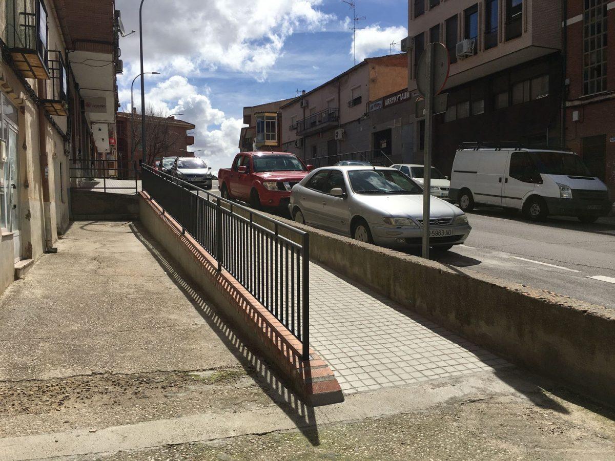 El Ayuntamiento da respuesta a una demanda vecinal y sustituye cuatro escalones por una rampa en la Avda. de Santa Bárbara, 65
