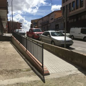l Ayuntamiento da respuesta a una demanda vecinal y sustituye cuatro escalones por una rampa en la Avda. de Santa Bárbara, 65