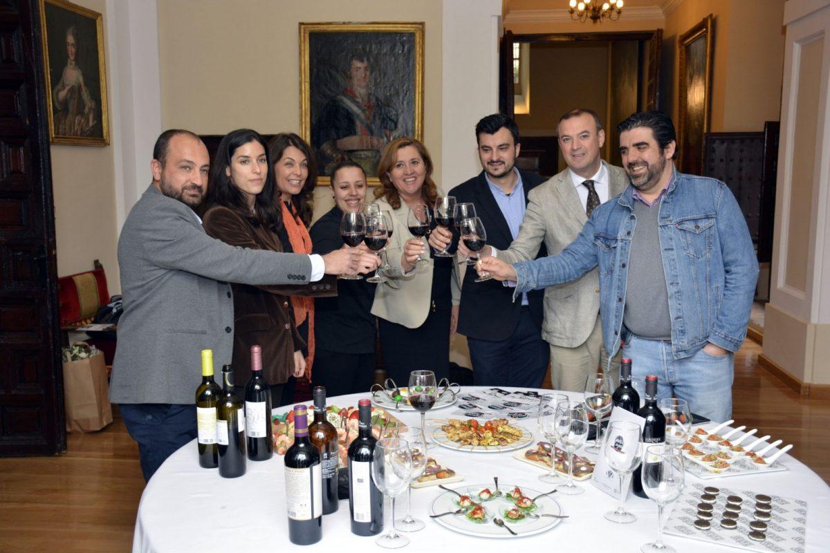 http://www.toledo.es/wp-content/uploads/2018/04/cena_ciegas03-1200x800.jpg. La III edición de Cenas a Ciegas, que arranca el 4 de mayo, vuelve a poner a Toledo en el epicentro de la gastronomía española